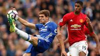 Bek Chelsea, Marcos Alonso berusaha menendang bola dari kawalan penyerang MU, Marcus Rashford pada Liga Inggris di Stadion Stamford Bridge, London, Inggris (23/10). Chelsea menang atas MU dengan skor akhir 4-0. (Reuters/John Sibley)