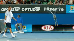 Petenis Serbia Viktor Troicki saat melihat seekor burung yang  mendarat di lapangan tenis ketika berlangsungnya gelaran  turnamen tenis Australia Terbuka di Melbourne Park, Australia, Selasa (19/1). (REUTERS / Tyrone Siu)