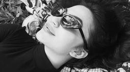 Bahkan saat dirinya hanya memakai kaos turtleneck berwarna hitam ini. Ditambah dengan aksesoris kacamata dengan warna senada, penampilannya sukses bikin terpesona. (Liputan6.com/IG/@arieltatum)