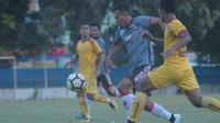 Persis Solo kalah 0-1 dari Sriwijaya FC dalam uji coba tertutup di lapangan AURI, Colomadu, Karanganyar, Jumat (3/5/2019). (Bola.com/Vincentius Atmaja)