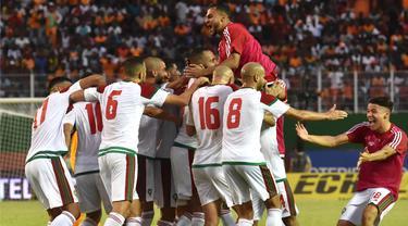 Para pemain Maroko merayakan kemenangan atas Pantai Gading pada Kualifikasi Piala Dunia 2018 di Stadion Félix Houphouët-Boigny, Abidjan, Sabtu (11/11/2017). Pantai Gading kalah 0-2 dari Maroko. (AFP/Issouf Sanogo)