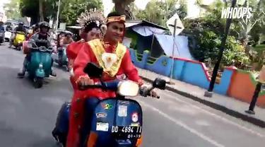 Mengenakan pakaian pengantin khas Sulawesi Selatan sambil naik Vespa, pemuda ini jadi bahan tontonan masyarakat.