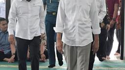 Presiden Joko Widodo dan pakar hukum tata negara, Yusril Ihza Mahendra bersiap menunaikan salat Jumat di Masjid Baitussalam di Kompleks Istana Bogor, Jawa Barat, Jumat (30/11). (Liputan6.com/HO/Biropers)