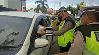 Satlantas Polres Minahasa Utara berbagi takjil menjelang buka puasa, Sabtu (24/4/2021).