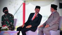 Presiden Jokowi bersama Menhan Prabowo dan Panglima TNI Marsekal Hadi Tjahjanto saat penetapan pasukan komponen cadangan. (Foto: Sekretariat Presiden)