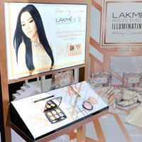 Seleb yang ikonik dengan gaya glamor ini perkenalkan tren makeup glowing saat Ramadan. (Sumber foto: LAKME Indonesia)