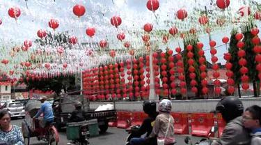 Jelang Imlek, Kota Solo dipenuhi ribuan lampion khas Tiongkok. Lampion ini akan terpasang hingga Cap Go Meh nanti.