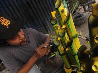 Perajin menyelesaikan pembuatan kerajinan air mancur dari paralon bekas di Abah Matul, Tapos, Depok, Kamis (1/4/2021). Pemerintah memastikan akan melanjutkan program Bantuan Langsung Tunai (BLT) untuk UMKM sebesar Rp1,2 juta untuk setiap pelaku usaha. (Liputan6.com/Herman Zakharia)