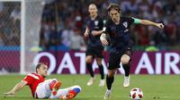 Gelandang Kroasia, Luka Modric, berusaha melewati gelandang Rusia, Artyom Dzyuba, pada laga perempat final Piala Dunia di Stadion Fisht, Sochi, Sabtu (7/7/2018). Kroasia menang 2-2 (4-3) atas Rusia. (AP/Manu Fernandez)