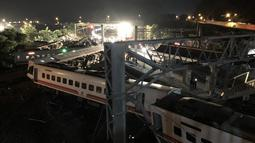 Pemandangan setelah kereta Puyuma Express tergelincir di dekat Stasiun Xinma, Yilan, Taiwan, Minggu (21/10). Kereta mengangkut 366 orang dalam perjalanan dari Taipei ke Taitung. (Handout/Taiwan Railway Administration/AFP)
