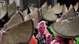 Penari mengenakan topi jerami memenuhi jalan menunggu dimulainya festival tari Koenji Awa-Odori di kawasan Koenji, Tokyo pada 24 Agustus 2019. Dimulai pada 1950-an, Koenji Awa Odori telah berkembang menjadi salah satu festival musim panas terbesar dan terpopuler di Tokyo. (AP/Jae C. Hong)