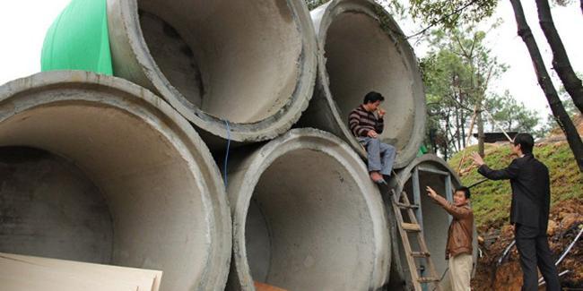 Tidur di dalam pipa beton semalaman seperti gelandangan gara-gara istri kalap belanja online. | Foto: copyright shanghaiist.com