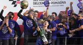 Pembalap Monster Energy Yamaha Fabio Quartararo (depan) melakukan selebrasi bersama timnya usai menyelesaikan balapan MotoGP Emilia Romagna di Sirkuit Misano, Misano Adriatico, Italia, Minggu (24/10/2021). Fabio Quartararo memastikan titel juara dunia MotoGP 2021. (AP Photo/Antonio Calanni)