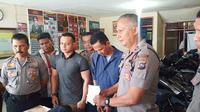Seorang pria di Kota Padang, Sumatera Barat, ditangkap polisi karena mengedarkan narkoba jenis sabu-sabu. (Liputan6.com/ Novia Harlina)