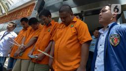 Sejumlah pelaku kejahatan sindikat pembobolan rekening lewat kartu ATM dihadirkan saat konferensi pers di Polda Metro Jaya, Jakarta, Selasa (10/3/2020). Dalam aksinya, para pelaku menyamar sebagai warga negara asing (WNA) yang berpura-pura menawarkan bisnis ponsel kepada korban. (merdeka.com/Imam Bu