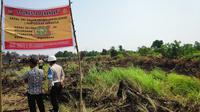 Polisi menyegel lahan di Pekanbaru karena terbakar yang menimbulkan kabut asap. (Liputan6.com/M Syukur)