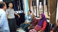 Para keluarga korban yang dibunuh dengan cara dibakar, berkumpul di RS Bhayangkara Palembang (Liputan6.com / Nefri Inge)