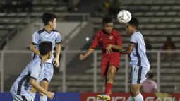 Striker Timnas Indonesia U-16, Ruy Arianto, berebut bola atas dengan pemain Kepulauan Mariana Utara pada laga babak Kualifikasi Piala AFC U-16 2020 di Stadion Madya, Jakarta, Rabu (18/9). Indonesia menang 15-1. (Bola.com/Yoppy Renato)