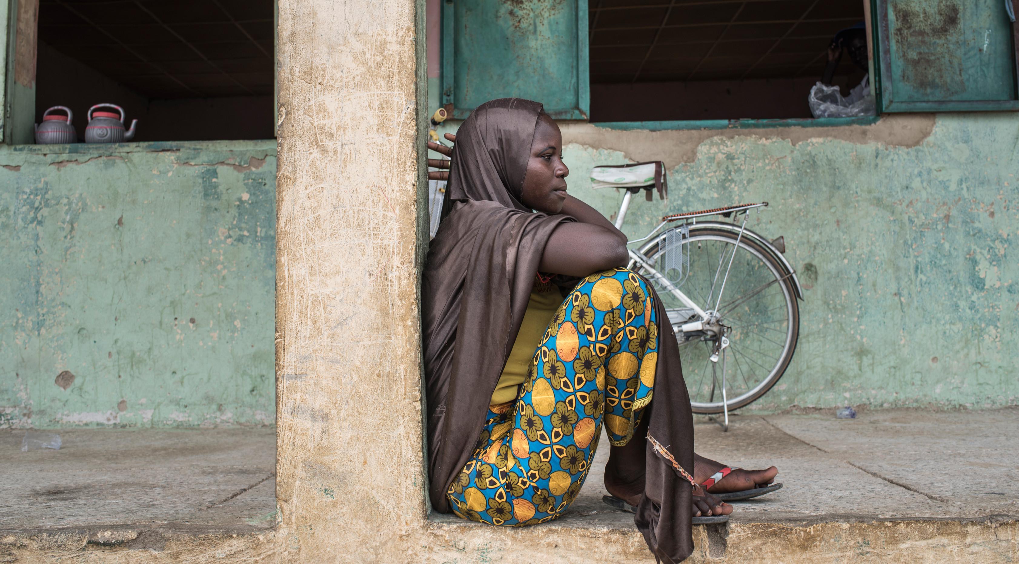 Salah satu penduduk Kota Gwoza saat berada di kamp Pengungsian Internal (IDP) di kota Gwoza, Nigeria timur laut, (1/8). (AFP Photo/Stefan Heunis)