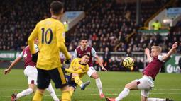 Pemain Arsenal Gabriel Martinelli (tengah) menendang bola ke gawang Burnley pada pertandingan Liga Inggris di Turf Moor, Burnley, Inggris, Minggu (2/2/2020). Laga berakhir imbang tanpa gol. (Oli SCARFF/AFP)