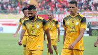 Aksi dua pemain asing Barito Putera, Fransisco Torres dan Cassio de Jesus di Stadion Gelora Bangkalan, Sabtu (14/9/2019). (Bola.com/Aditya Wany)
