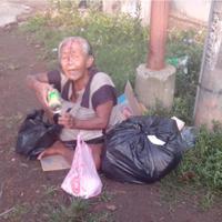 Netizen kabarkan tentang seorang nenek yang duduk sendirian dengan kepala bersimbah darah.