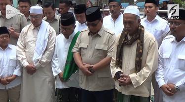 Selama 3 hari Capres nomor urut 2 Prabowo Subianto berkunjung ke sejumlah ponpes di Jawa Timur. Menutup safari kunjungannya Prabowo berziarah ke makam Sunan Ampel