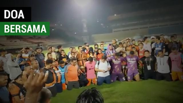 Berita video momen doa bersama skuat Perseru Serui di lapangan Stadion Mandala, Jayapura, setelah dipastikan tidak degradasi dari Liga 1.
