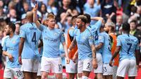 Gelandang Manchester City, Kevin De Bruyne, bersama rekan-rekannya merayakan kemenangan atas Watford pada laga final Piala FA di Stadion Wembley, London, Sabtu (18/5). City menang 6-0 atas Watford. (AFP/Daniel Leal-Olivas)