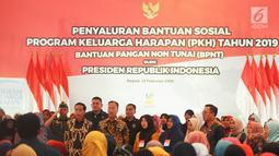 Presiden Joko Widodo didampingi Mensos Agus Gumiwang Kartasasmita saat menyalurkan bansos Program Keluarga Harapan (PKH) dan Bantuan Pangan Non Tunai (BPNT) kepada seribu warga Depok, Jawa Barat, Selasa (12/2). (Liputan6.com/Herman Zakharia)