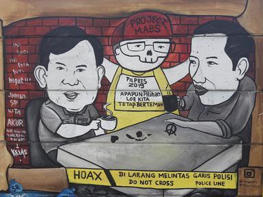 Mural Capres Joko Widodo dan Prabowo Subianto terlihat di Jalan Juanda, Depok, Jawa Barat, Rabu (21/11). Mural tersebut memiliki pesan agar masyarakat tetap damai dan berteman meski berbeda memilih capres di Pilpres 2019. (Liputan6.com/Herman Zakharia)
