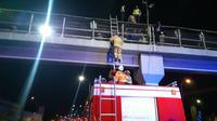 Penyelamatan yang dilakukan Suku Dinas Pemadam Kebakaran Jakarta Timur kepada WN Sudan yang mencoba bunuh diri. (dok Suku Dinas Pemadam Kebakaran Jakarta Timur)