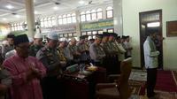 Ustaz Abdul Somad menjadi imam salat gaib untuk korban gempa dan tsunami di Palu, Donggala, dan Mamuju. (1/10) Salat dilakukan di Masjid Mutmainah, Jalan Kartini, Kota Pekanbaru. (Liputan6.com/ M Syukur)