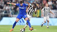 Pemain Juventus, Blaise Matuidi (kanan) berebut bola dengan pemain Bologna, Felipe Avenatti pada lanjutan Serie A di Allianz Stadium, Turin, (5/5/2018). Juventus menang 3-1. (Alessandro Di Marco/ANSA via AP)