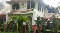 Asap kebakaran dari lantai dua bangunan Wisma Indonesia di KBRI Bangkok. (AP)