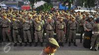 Gabungan TNI, polisi dan Satpol PP menggelar apel sebelum eksekusi penertiban permukiman di Pasar Ikan, Penjaringan, Jakarta, Senin (11/4). Sebanyak 4.218 personel gabungan dikerahkan untuk mengamankan proses penertiban itu. (Liputan6.com/Gempur M Surya)