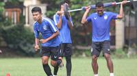 Gelandang PSIS Semarang, Fandi Eko Utomo (depan) dalam kesempatan latihan bersama timnya. (Bola.com/Vincentius Atmaja)