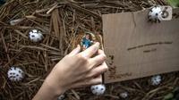 Patung bayi diletakkan di sekitar bola-bola berbentuk virus corona COVID-19 di Gereja Theresia, Jakarta, Minggu (20/12/2020). Dekorasi bernuansa pandemi COVID-19 dan kesederhanaan disiapkan untuk memeriahkan perayaan Natal tahun ini. (Liputan6.com/Faizal Fanani)