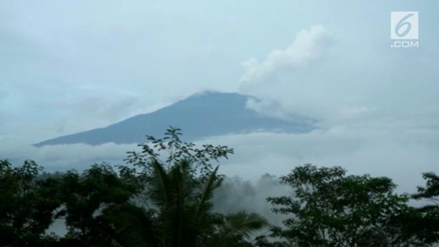 Status Gunung Agung masih berada di siaga 3, sampai saat ini asap putih masih terlihat keluar dari puncaknya.