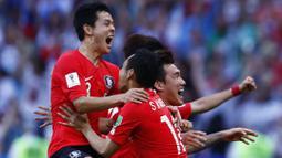 Para pemain Korea Selatan merayakan kemenangan atas Jerman pada Piala Dunia 2018 di Kazan Arena, Rusia, (27/6/2018). Jerman takluk 0-2 dar Korea Selatan. (AFP/Benjamin Cremel)