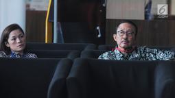 Mantan Kepala Badan Penyehatan Perbankan Nasional (BPPN) I Putu Gede Ary Suta (kanan) menunggu panggilan saat akan menjalani pemeriksaan oleh penyidik di Gedung KPK, Jakarta, Selasa (9/7/2019). I Putu Gede diperiksa terkait dugaan korupsi penerbitan SKL BLBI. (merdeka.com/Dwi Narwoko)