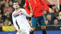 Penyerang Spanyol, Alvaro Morata (depan) berusaha mengontrol bola dari kawalan pemain Norwegia,  Havard Nordtveit selama pertandingan grup F babak kualifikasi Euro 2020 di stadion Mestalla, Valencia (23/3). Spanyol menang tipis atas Norwegia 2-1. (AP Photo/Alberto Saiz)
