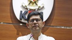 Wakil Ketua KPK Laode M. Syarif saat memberi keterangan terkait penetapan cagub Maluku Utara Ahmad Hidayat Mus sebagai tersangka di Jakarta, Jumat (16/3). (Liputan6.com/Herman Zakharia)