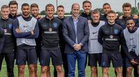 Pangerang William foto bersama para pemain saat menunjungi latihan Timnas Inggris di West Riding County FA, Leeds, Kamis (7/6/2018). Kedatangan ini untuk memberikan support jelang Piala Dunia 2018 Rusia. (AFP/Charlotte Graham)