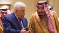 Presiden Palestina Mahmoud Abbas dan Raja Salman saat bertemu di Riyadh, Arab Saudi, pada 20 Desember 2017 (Al-Ekhbariya via AP)