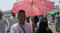 Pasangan suami istri, Bambang dan Astuti puas dengan pelayanan haji tahun ini. (www.kemenag.go.id)