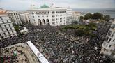 Ratusan ribu demonstran berunjuk rasa di Aljir, Aljazair, Jumat (19/4). Unjuk rasa diikuti ratusan ribu demonstran. (REUTERS/Ramzi Boudina)