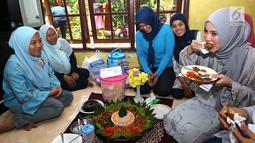 Artis Chacha Frederica mencoba nasi tumpeng saat menjadi juri lomba masak di Rumah Amalia, Cildeug, Kota Tangerang, Minggu (9/9). Selain menjadi juri Chacha juga memberi motivasi kepada anak yatim piatu dan kaum dhuafa. (Liputan6.com/Fery Pradolo)