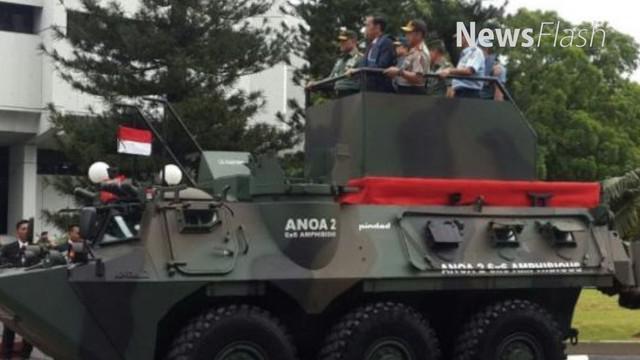Presiden Joko Widodo mencoba panser Anoa amfibi disela-sela rapat pimpinan TNIdi  Cilangkap Jakarta Timur.