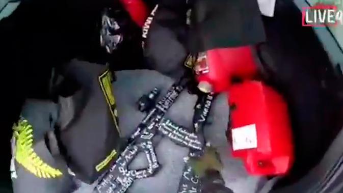 Senjata mesin dan shootgun yang digunakan terduga pelaku penambakan Christchurch, Selandia Baru, Jumat (15/3).Penyerangan dilakukan saat para jemaah tengah melangsungkan salat Jumat. (AP Photo)
